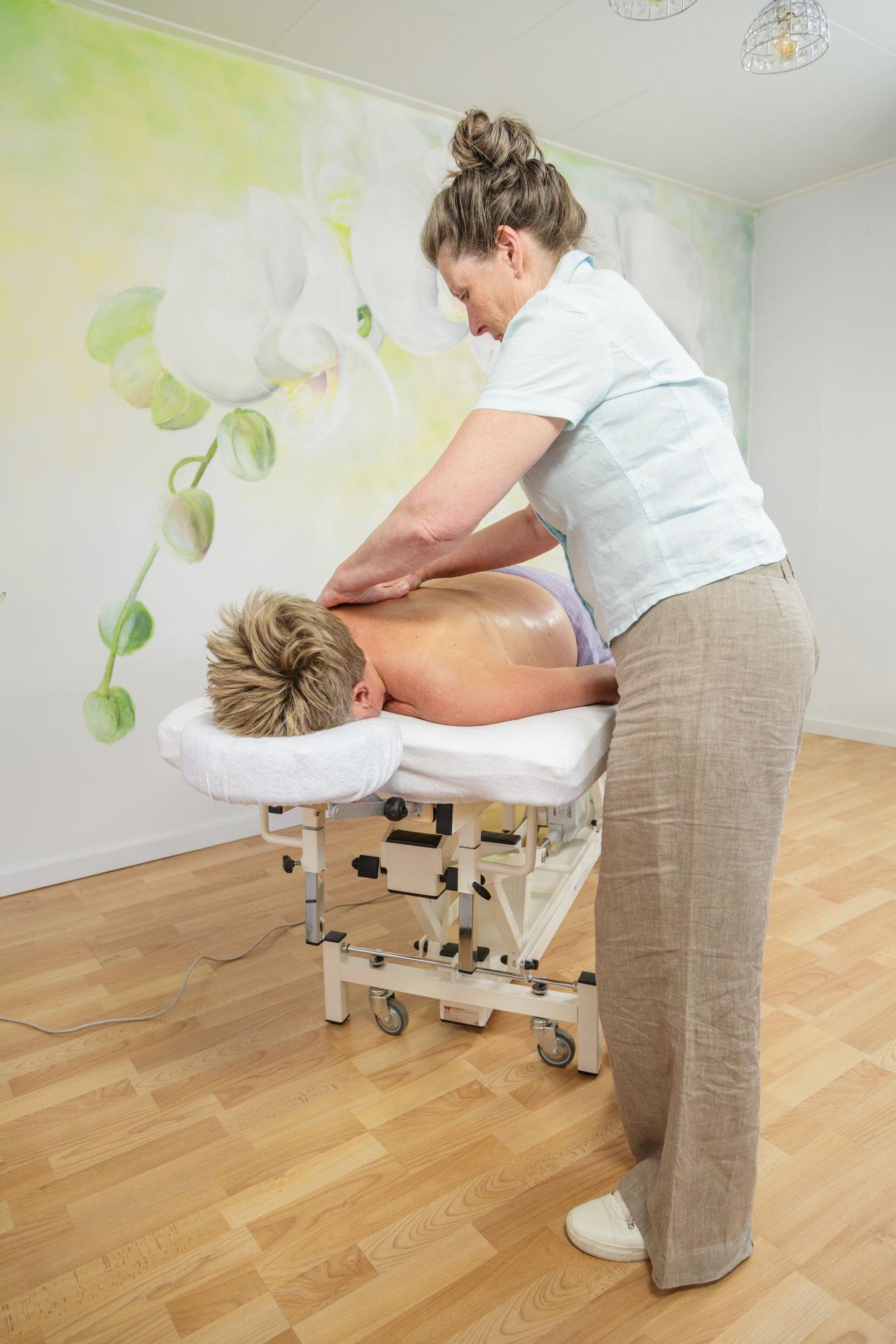 Haptische massage in de overgang - overgangsconsulente masseert