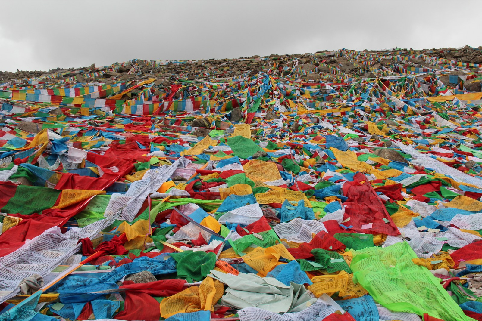 gebedsvlaggen rondom de heilige berg Kailash
